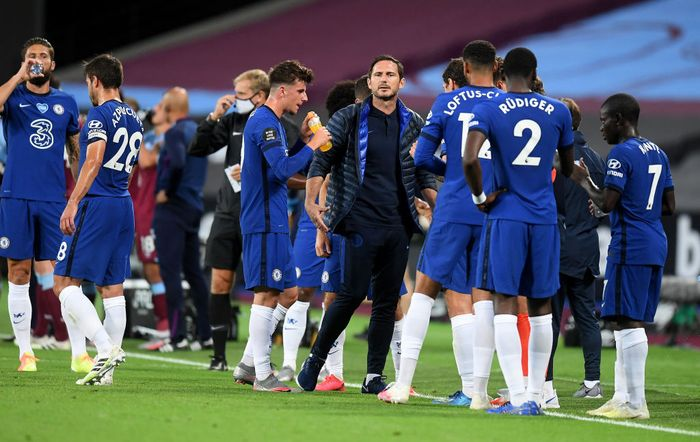 LONDON, ENGLAND - JULY 01: Frank Lampard, Manager of Chelsea speaks with players during a drinks break in the Premier League match between West Ham United and Chelsea FC at London Stadium on July 01, 2020 in London, England. Football Stadiums around Europe remain empty due to the Coronavirus Pandemic as Government social distancing laws prohibit fans inside venues resulting in all fixtures being played behind closed doors. (Photo by Michael Regan/Getty Images)