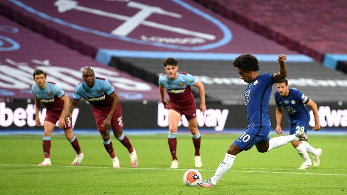 LONDON, ENGLAND - JULY 01: Willian of Chelsea scores his sides first goal during the Premier League match between West Ham United and Chelsea FC at London Stadium on July 01, 2020 in London, England. Football Stadiums around Europe remain empty due to the Coronavirus Pandemic as Government social distancing laws prohibit fans inside venues resulting in all fixtures being played behind closed doors. (Photo by Michael Regan/Getty Images)