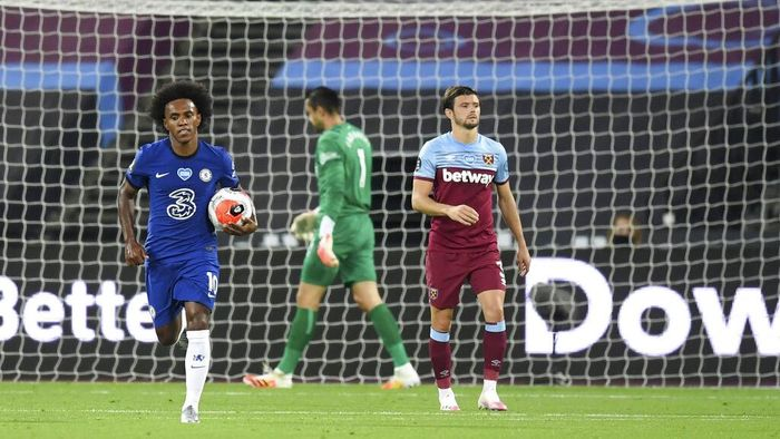 Chelseas Willian, left runs holding the ball back to the center circle after he scores his sides second goal during the English Premier League soccer match between West Ham United and Chelsea at the London Stadium stadium in London, Wednesday July 1, 2020. (Michael Regan/Pool via AP)