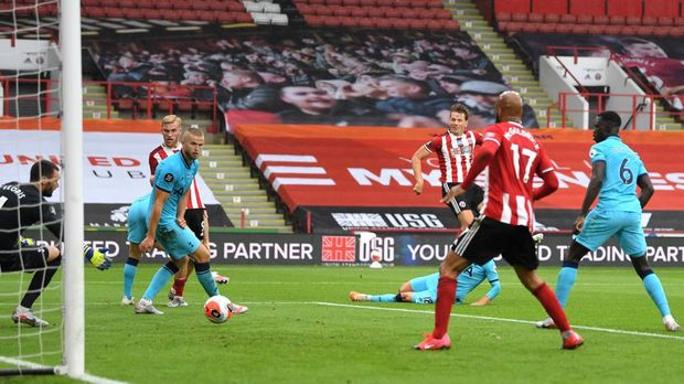 SHEFFIELD, ENGLAND - JULY 02: Sander Berge of Sheffield United scores his team's first goal during the Premier League match between Sheffield United and Tottenham Hotspur at Bramall Lane on July 02, 2020 in Sheffield, England. Football Stadiums around Europe remain empty due to the Coronavirus Pandemic as Government social distancing laws prohibit fans inside venues resulting in all fixtures being played behind closed doors. (Photo by Michael Regan/Getty Images)