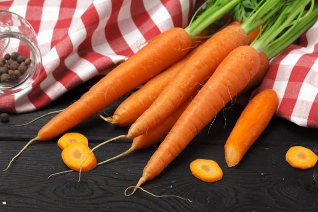 wortel memiliki kandungan vitamin A yang berfungsi sebagai kondisioner alami