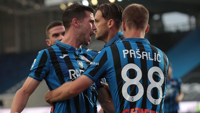 BERGAMO, ITALY - JULY 02:  Mario Pasalic of Atalanta BC celebrates with his team-mate Remo Freuler after scoring the opening goal during the Serie A match between Atalanta BC and SSC Napoli at Gewiss Stadium on July 2, 2020 in Bergamo, Italy.  (Photo by Emilio Andreoli/Getty Images)