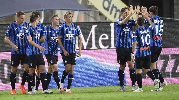 Atalantas players celebrate after Robin Gosens scored  his sides 2nd goal during a Serie A soccer match between Atalanta and Napoli, at Bergamos Stadium, northern Italy, Thursday, July 2, 2020.  (Giuseppe Zanardelli/LaPresse via AP)