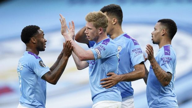 Manchester City's Kevin De Bruyne is congratulated by teammates after scoring his team's first goal during the English Premier League soccer match between Manchester City and Liverpool at Etihad Stadium in Manchester, England, Thursday, July 2, 2020. (AP Photo/Dave Thompson,Pool)