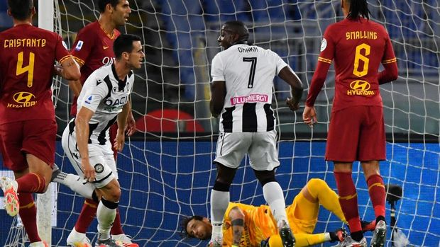 Udinese's Italian forward Kevin Lasagna (2ndL Front) reacts after opening the scoring during the Italian Serie A football match Roma vs Udinese played on July 2, 2020 behind closed doors at the Olympic stadium in Rome, as the country eases its lockdown aimed at curbing the spread of the COVID-19 infection, caused by the novel coronavirus. (Photo by Andreas SOLARO / AFP)