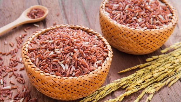 Red rice in wooden bowl