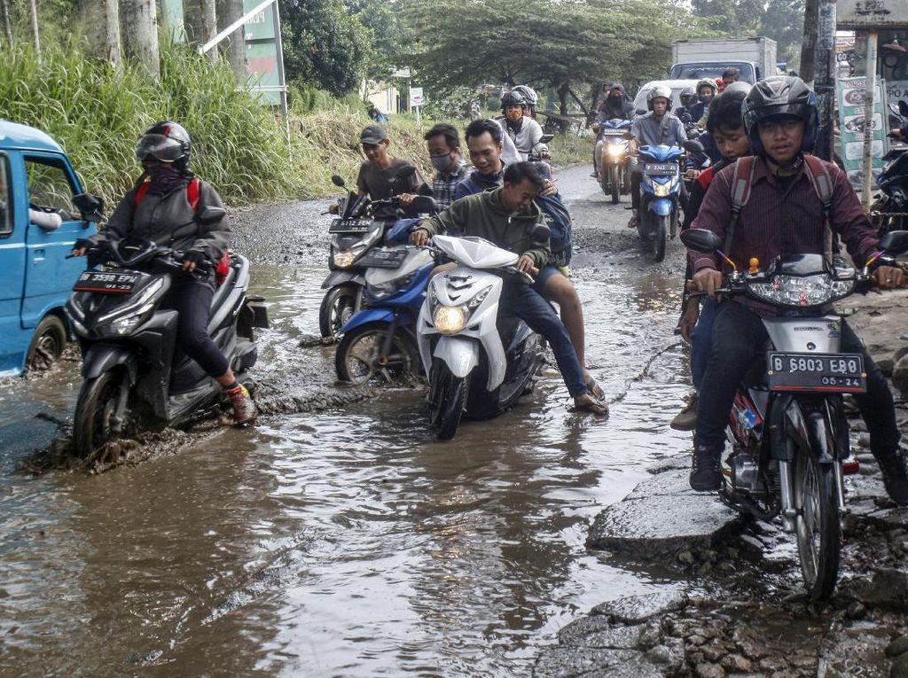 Aduh! Jalan Raya Bojong Gede-Citayam Ini Rusak Banget