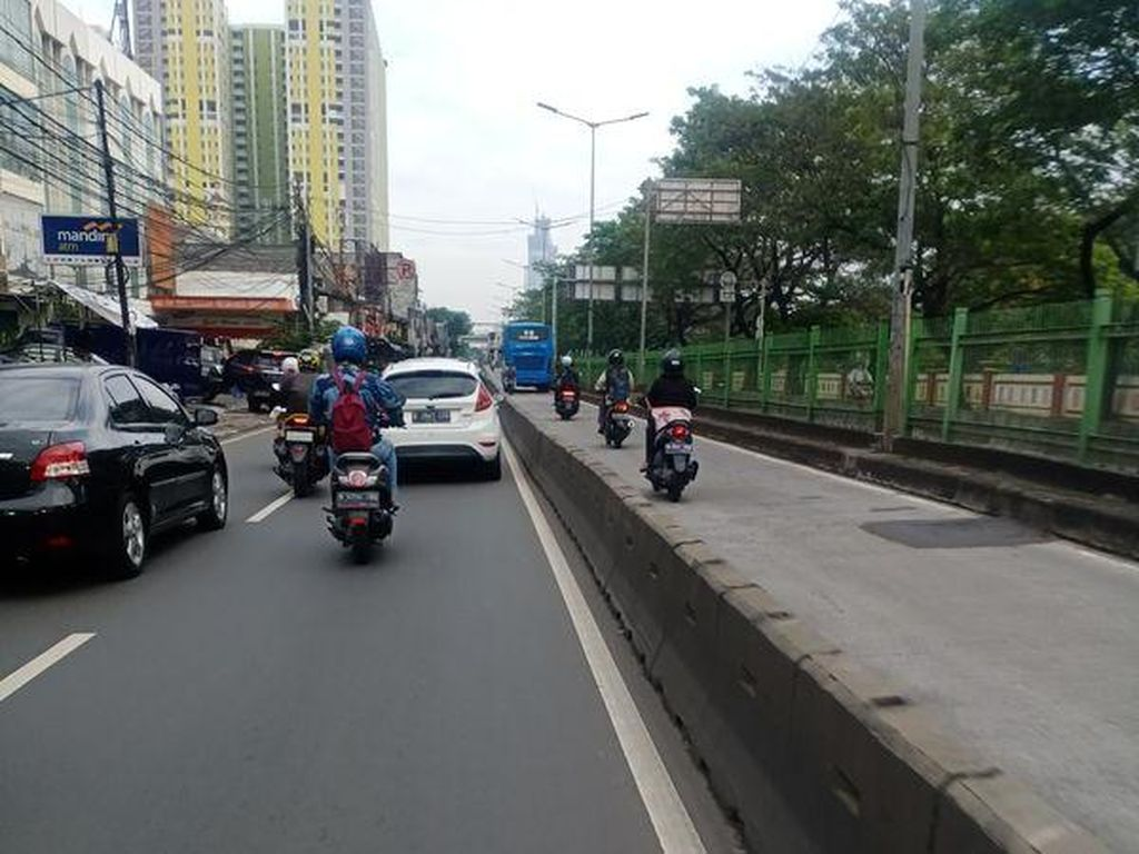 Bikin Geleng Kepala, Pemotor Terobos Jalur TransJ Meski Jalan Sepi