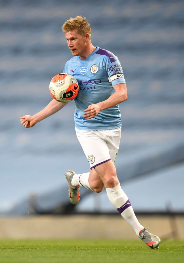 MANCHESTER, ENGLAND - JULY 02: Kevin De Bruyne of Manchester City controls the ball during the Premier League match between Manchester City and Liverpool FC at Etihad Stadium on July 02, 2020 in Manchester, England. Football Stadiums around Europe remain empty due to the Coronavirus Pandemic as Government social distancing laws prohibit fans inside venues resulting in all fixtures being played behind closed doors. (Photo by Peter Powell/Pool via Getty Images)