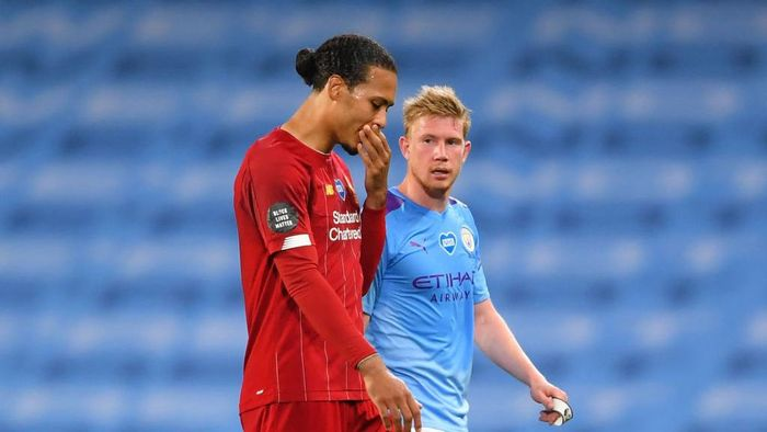 MANCHESTER, ENGLAND - JULY 02: Kevin De Bruyne of Manchester City speaks to Virgil van Dijk of Liverpool after the Premier League match between Manchester City and Liverpool FC at Etihad Stadium on July 02, 2020 in Manchester, England. Football Stadiums around Europe remain empty due to the Coronavirus Pandemic as Government social distancing laws prohibit fans inside venues resulting in all fixtures being played behind closed doors. (Photo by Laurence Griffiths/Getty Images)