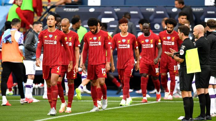 MANCHESTER, ENGLAND - JULY 02: Virgil van Dijk of Liverpool walks out as the Manchester City team create a guard of honor for him and his Liverpool team mates prior to the Premier League match between Manchester City and Liverpool FC at Etihad Stadium on July 02, 2020 in Manchester, England. Football Stadiums around Europe remain empty due to the Coronavirus Pandemic as Government social distancing laws prohibit fans inside venues resulting in all fixtures being played behind closed doors. (Photo by Peter Powell/Pool via Getty Images)