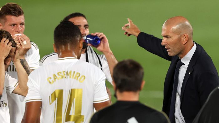 MADRID, SPAIN - JULY 02: Head coach Zinedine Zidane of Real Madrid talks to the players during the Liga match between Real Madrid CF and Getafe CF at Estadio Alfredo Di Stefano on July 02, 2020 in Madrid, Spain. Football Stadiums around Europe remain empty due to the Coronavirus Pandemic as Government social distancing laws prohibit fans inside venues resulting in all fixtures being played behind closed doors. (Photo by Angel Martinez/Getty Images)