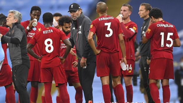 Liverpool's manager Jurgen Klopp talks with his players during the English Premier League soccer match between Manchester City and Liverpool at Etihad Stadium in Manchester, England, Thursday, July 2, 2020. (AP Photo/Laurence Griffiths,Pool)