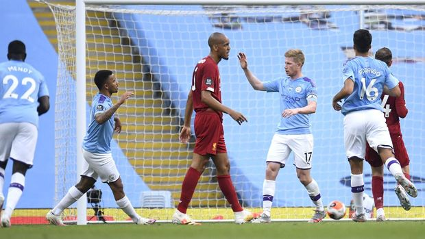 MANCHESTER, ENGLAND - JULY 02: Kevin De Bruyne of Manchester City celebrates with Gabriel Jesus after scoring his team's first goal  during the Premier League match between Manchester City and Liverpool FC at Etihad Stadium on July 02, 2020 in Manchester, England. Football Stadiums around Europe remain empty due to the Coronavirus Pandemic as Government social distancing laws prohibit fans inside venues resulting in all fixtures being played behind closed doors. (Photo by Peter Powell/Pool via Getty Images)