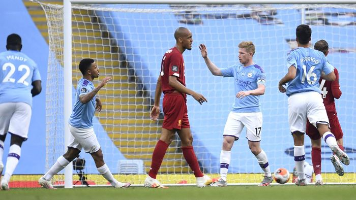 MANCHESTER, ENGLAND - JULY 02: Kevin De Bruyne of Manchester City celebrates with Gabriel Jesus after scoring his teams first goal  during the Premier League match between Manchester City and Liverpool FC at Etihad Stadium on July 02, 2020 in Manchester, England. Football Stadiums around Europe remain empty due to the Coronavirus Pandemic as Government social distancing laws prohibit fans inside venues resulting in all fixtures being played behind closed doors. (Photo by Peter Powell/Pool via Getty Images)