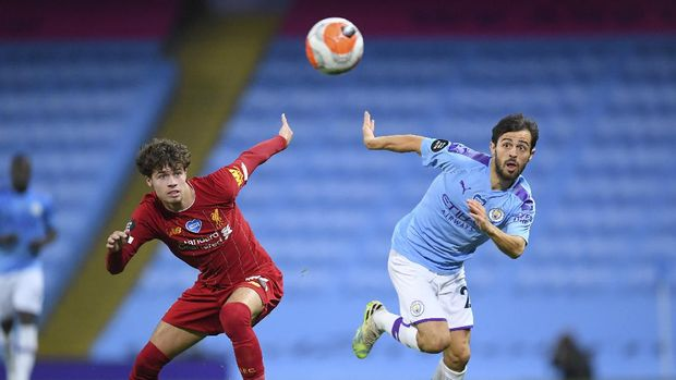 Manchester City's Bernardo Silva, right, and Liverpool's Neco Williams battle for the ball during the English Premier League soccer match between Manchester City and Liverpool at Etihad Stadium in Manchester, England, Thursday, July 2, 2020. (AP Photo/Laurence Griffiths,Pool)