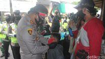Dorong Jatim Bermasker, Polisi Bagikan Masker ke 10 Pasar di Blitar