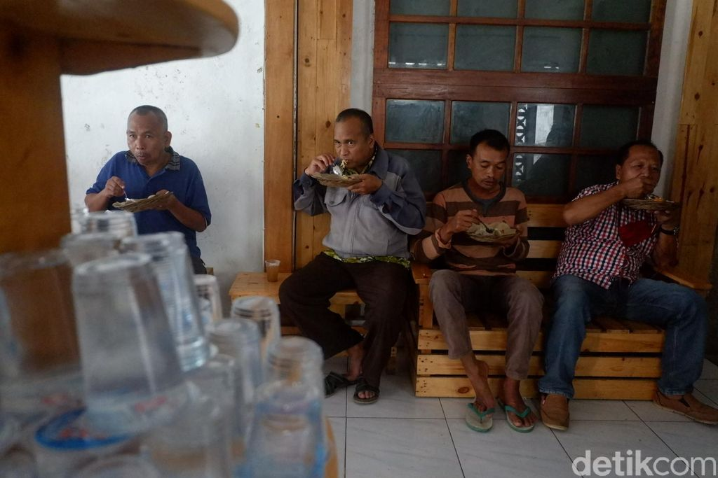 Rumah makan buka setelah waktu dzuhur (sekitar jam 12 siang) setiap hari