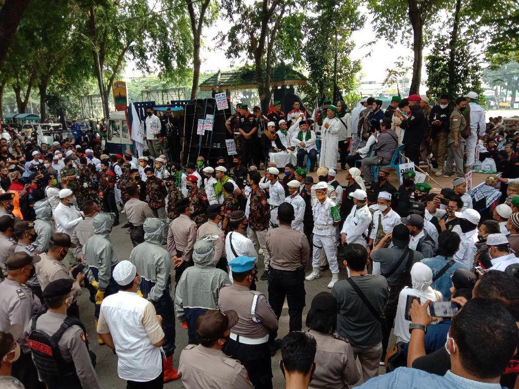 Massa Gelar Demo Tolak RUU HIP di Medan, Lalin Sekitar DPRD Sumut Macet