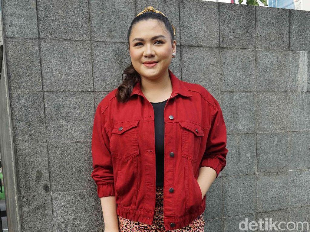 Vicky Shu dari Nyanyi Jadi Bos Toko Sembako