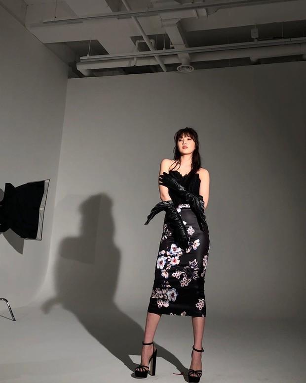 Penampilan classy Joy dengan perpaduan floral print pencil skirt dan bustier top.