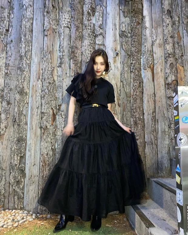 Perpaduan maxi skirt dan sleeves t-shirt membuat penampilan Joy terlihat feminin.