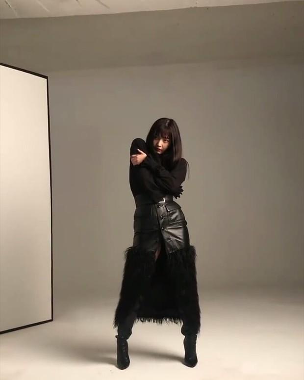 Dalam salah satu pemotretan untuk sebuah brand fashion, Joy tampil edgy dengan outfit hitamnya.