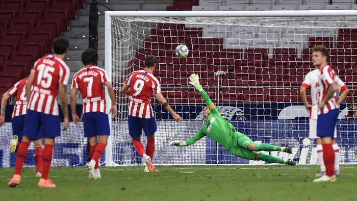 MADRID, SPAIN - JULY 03: Manolo Reina of Mallorca fails to stop a retaken penalty by Alvaro Morata of Atletico during the Liga match between Club Atletico de Madrid and RCD Mallorca at Wanda Metropolitano on July 03, 2020 in Madrid, Spain. Football Stadiums around Europe remain empty due to the Coronavirus Pandemic as Government social distancing laws prohibit fans inside venues resulting in all fixtures being played behind closed doors. (Photo by Denis Doyle/Getty Images)