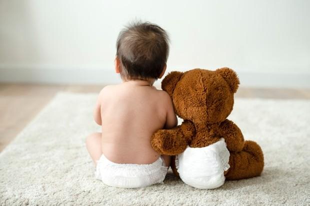 Untuk mengantisipasi kulit bayi yang kering, gunakan pelembap dengan kandungan khusus untuk kulit bayi demi menjaga kulitnya tetap terhidrasi.