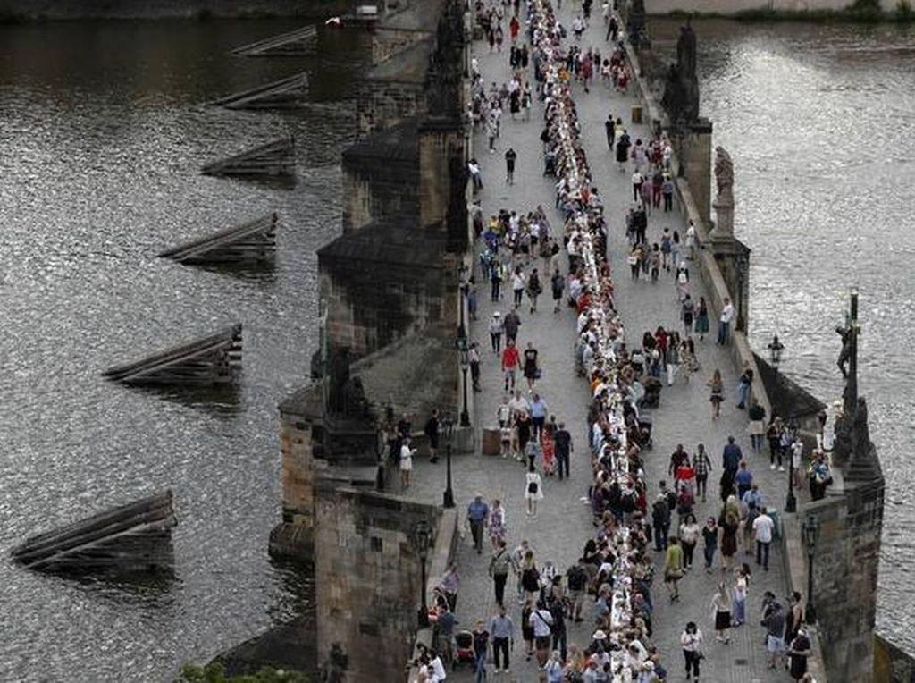 Lockdown Dicabut, Ceko Adakan Pesta Makan Malam Sepanjang 500 Meter