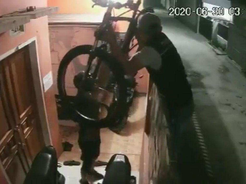 Detik-detik 3 Pencuri Santuy Gondol 2 Sepeda di Bandung