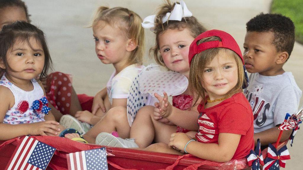 Gemas! Intip Foto-foto Parade Balita Imut di Kemerdekaan AS
