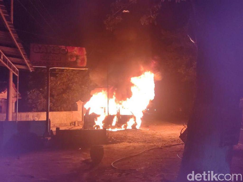 Sebuah Mobil di Jember Terbakar usai Isi BBM