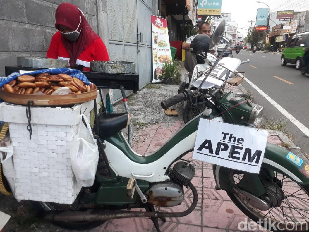 Klasik! Penjual Apem Ini Jualan Pakai Motor Tua