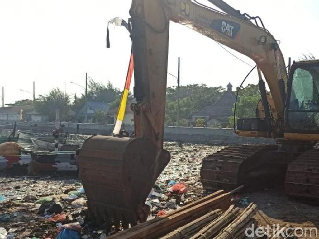 Saking Kotornya, Pengerukan Sungai Menjijikkan Penuh Sampah Belum Tuntas