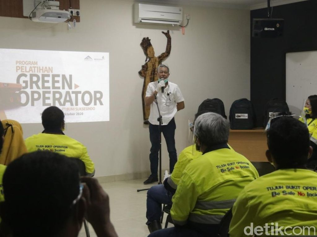 Tambang Emas Banyuwangi Rekrut Perempuan untuk Sopiri Truk 40 Ton