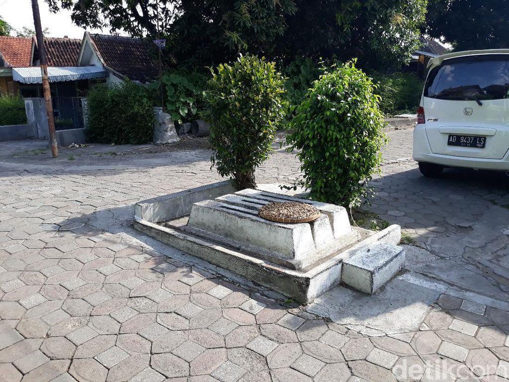 Ada 3 Makam Berjejer di Tengah Pertigaan Jalan Solo, Kok Bisa?