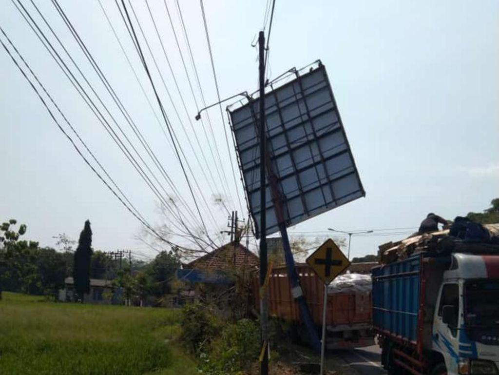 Truk Tabrak Baliho Bikin Listrik Padam di Ponorogo, 4.300 Warga Terdampak