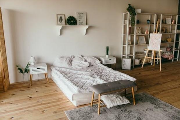 Hiasan kamar bisa didapatkan dengan mencetak gambar-gambar abstrak atau alam dengan nuansa warna yang senada dengan kamar.