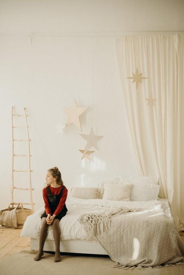 Pastikan hiasan kamar memiliki nuansa warna yang senada dengan tone kamar secara keseluruhan.