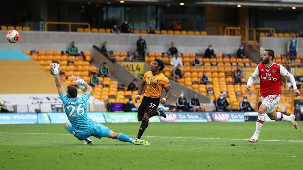 WOLVERHAMPTON, ENGLAND - JULY 04: Adama Traore of Wolverhampton Wanderers shoots and misses during the Premier League match between Wolverhampton Wanderers and Arsenal FC at Molineux on July 04, 2020 in Wolverhampton, England. Football Stadiums around Europe remain empty due to the Coronavirus Pandemic as Government social distancing laws prohibit fans inside venues resulting in all fixtures being played behind closed doors. (Photo by Catherine Ivill/Getty Images)