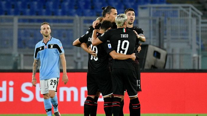 ROME, ITALY - JULY 04: Hakan Calhanoglu of AC Milan celebrates after scoring the opening goal with teammates during the Serie A match between SS Lazio and  AC Milan at Stadio Olimpico on July 04, 2020 in Rome, Italy. (Photo by Marco Rosi - SS Lazio/Getty Images)