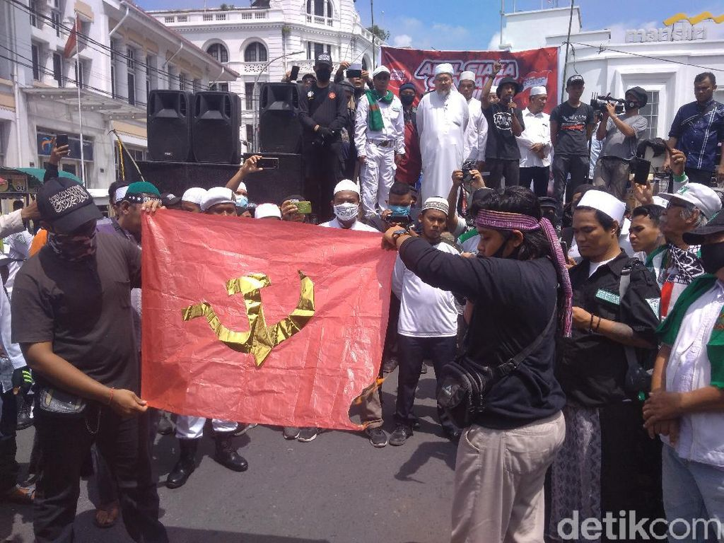 Massa di Medan Gelar Apel Ganyang Komunis, Bakar Logo Palu-Arit