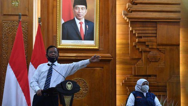Menko Polhukam Mahfud MD di dampingi Gubernur Jawa Timur Khofifah Indar Parawansa  (kanan) memberikan keterangan saat diskusi terkait  Rencana Undang-undang (RUU) Haluan Ideologi Pancasila (HIP) di hadapan Forum Komunikasi Umat Beragama di Gedung Negara Grahadi, Surabaya, Jawa Timur, Minggu (5/7/2020). Kunjungan tersebut dalam rangka menyerahkan bantuan penanganan COVID-19 di Jawa Timur dan diskusi bersama Forum Komunikasi Umat Beragama  terkait Rencana Undang-undang (RUU) Haluan Ideologi Pancasila (HIP). ANTARA FOTO/Zabur Karuru/foc.