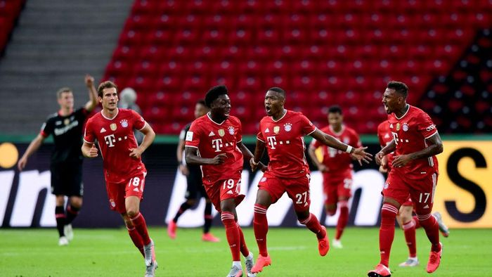 BERLIN, GERMANY - JULY 04: David Alaba (2.v.r.) Alphonso Davies (2.v.l.), Leon Goretzka (l) and Jerome Boateng (r) of FC Bayern Muenchen (R) celebrates the first goal for FC Bayern Muenchen during the DFB Cup final match between Bayer 04 Leverkusen and FC Bayern Muenchen at Olympiastadion on July 4, 2020 in Berlin, Germany. (Photo by Robert Michael/Pool va Getty Images)