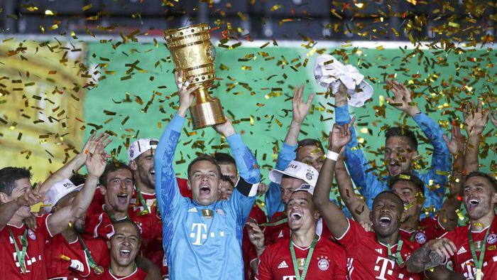 Bayern Munich players celebrate after winning the trophy in the German soccer cup (DFB Pokal) final match between Bayer 04 Leverkusen and FC Bayern Munich in Berlin, Germany, Saturday, July 4, 2020. (AP Photo/Michael Sohn)