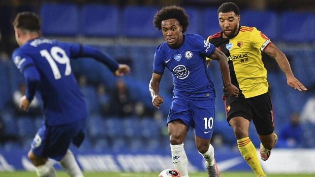 Chelsea's Willian, center, is challenged by Watford's Troy Deeney, right, during the English Premier League soccer match between Chelsea and Watford at the Stamford Bridge stadium in London, Saturday, July 4, 2020. (Glynn Kirk/Pool via AP)
