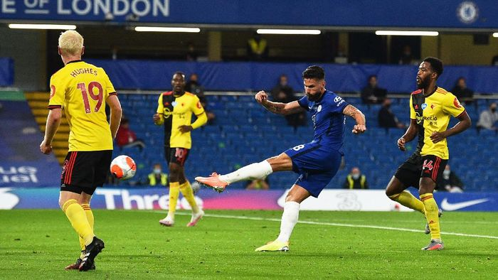 LONDON, ENGLAND - JULY 04: Olivier Giroud of Chelsea shoots during the Premier League match between Chelsea FC and Watford FC at Stamford Bridge on July 04, 2020 in London, England. Football Stadiums around Europe remain empty due to the Coronavirus Pandemic as Government social distancing laws prohibit fans inside venues resulting in all fixtures being played behind closed doors. (Photo by Glyn Kirk/Pool via Getty Images)
