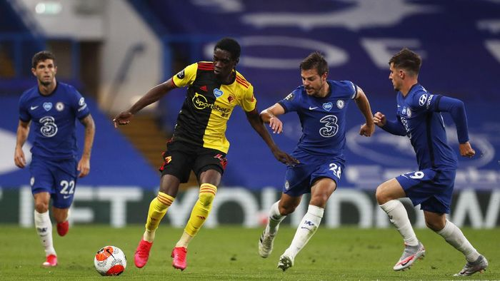 LONDON, ENGLAND - JULY 04: Ismaila Sarr of Watford is challenged by Cesar Azpilicueta of Chelsea during the Premier League match between Chelsea FC and Watford FC at Stamford Bridge on July 04, 2020 in London, England. Football Stadiums around Europe remain empty due to the Coronavirus Pandemic as Government social distancing laws prohibit fans inside venues resulting in all fixtures being played behind closed doors. (Photo by Matthew Childs/Pool via Getty Images)