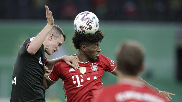 Leverkusen's Sven Bender, left, jumps for a header with Bayern's Kingsley Coman during the German soccer cup (DFB Pokal) final match between Bayer 04 Leverkusen and FC Bayern Munich in Berlin, Germany, Saturday, July 4, 2020. (AP Photo/Michael Sohn)